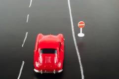 Bil och vägmärke Royaltyfria Bilder