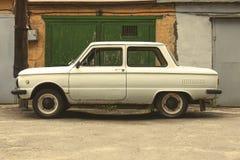 Bil på bakgrundsväggen av en byggnad Arkivfoton
