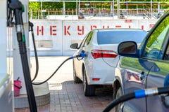 Bil på bensinstationen Royaltyfria Bilder