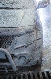 Bil på biltvätt royaltyfria bilder