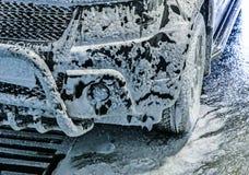 Bil på biltvätt royaltyfria foton