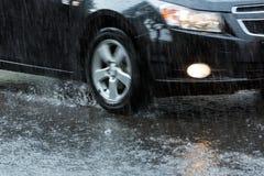 Bil på den översvämmade gatan Royaltyfri Bild