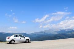 Bil på den Transalpina vägen, Rumänien arkivbilder