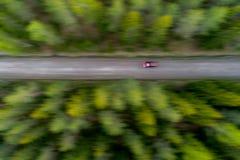 Bil på en grusväg Arkivbild