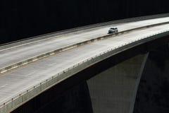 Bil på en hög nivåbro 01 Arkivfoto