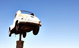 Bil på en pol Arkivfoto