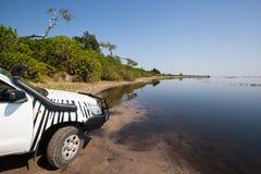 bil 4x4 på floden Fotografering för Bildbyråer