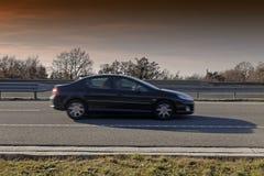 Bil på huvudvägen Fotografering för Bildbyråer