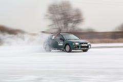 Bil på is i rörelse Arkivfoton