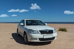 Bil på kusten av sjön royaltyfria foton
