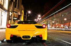 Bil på natten Fotografering för Bildbyråer
