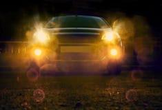 Bil på natten i stad arkivfoton