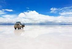 Bil på Uyunien Salar i Bolivia Arkivfoton