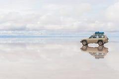 Bil på Uyunien Salar i Bolivia Royaltyfri Fotografi