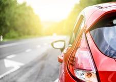 Bil på vägen fotografering för bildbyråer