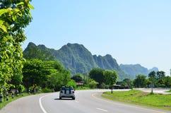 Bil på vägen Royaltyfri Bild