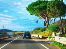 Bil på vägen i Olbia Costa Smeralda Sardinia arkivfoto