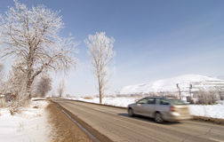 Bil på vägen i vinter med snow arkivbild