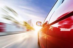 Bil på vägen med bakgrund för rörelsesuddighet royaltyfria foton