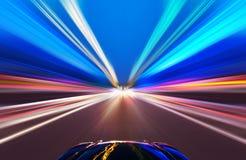 Bil på vägen med bakgrund för rörelsesuddighet Arkivbild