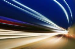 Bil på vägen med bakgrund för rörelsesuddighet Arkivfoton