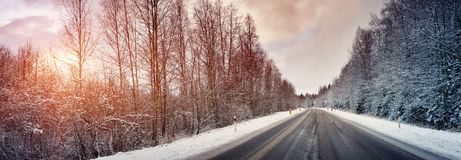 Bil på vintervägen arkivbild