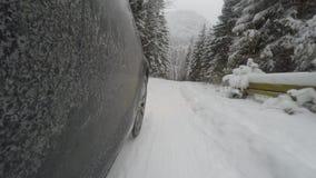 Bil på vintervägen stock video