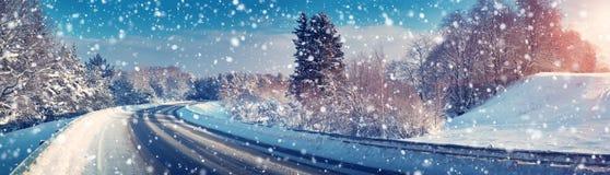 Bil på vintervägen Royaltyfria Bilder