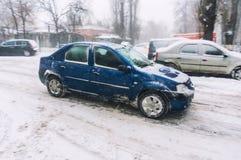 Bil på gatan i vinter Arkivbild