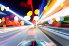 Bil på vägen med bakgrund för rörelsesuddighet Royaltyfri Foto