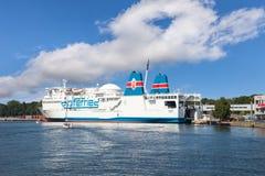 Bil - passagerarefärja i port Royaltyfria Foton
