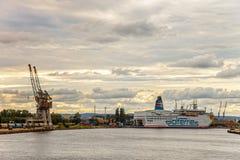 Bil - passagerarefärja i port av Gdansk, Polen. royaltyfri foto