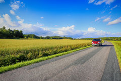 Bil skåpbil som kör på den lilla land-vägen Royaltyfria Foton