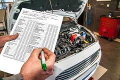 Bil som är diagnostisk och kontrollerar den olje- nivån i motorn i bilservicen Royaltyfri Fotografi