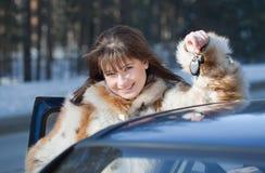 bil som är lycklig henne nära kvinna arkivbilder