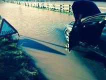 Bil som översvämmas i Somerset Arkivbild