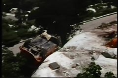 Bil som av faller klippa och blåser - upp arkivfilmer