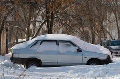 Bil som begravas i snö. arkivbild