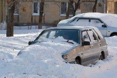 Bil som begravas i snö. arkivfoto