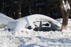 Bil som begravas i snö. arkivbilder