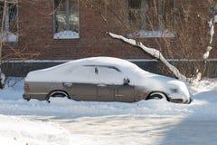 Bil som begravas i snö. royaltyfri fotografi