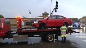 Bil som bogseras bort efter olycka Arkivfoton