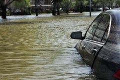 Bil som fångas i flodvatten Arkivfoto