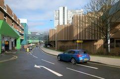 Bil som förbigår flervånings- parkeringshus i Bracknell, England Royaltyfri Bild