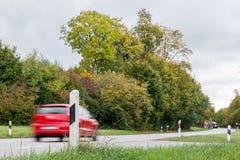 Bil som förbigår på en nationell huvudväg, Tyskland Royaltyfri Bild