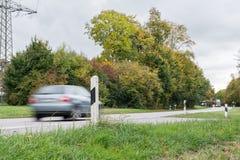 Bil som förbigår på en nationell huvudväg, Tyskland Arkivfoto