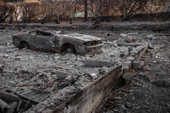Bil som förstörs i brand Arkivfoto