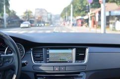 bil som går inom hastighetstunnelsikt arkivfoto