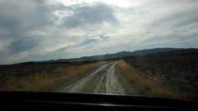 Bil som går långsam på en landsväg lager videofilmer