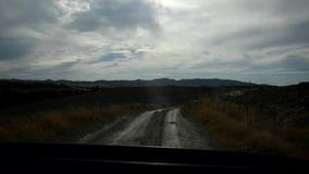 Bil som går långsam på en Tuscan väg stock video